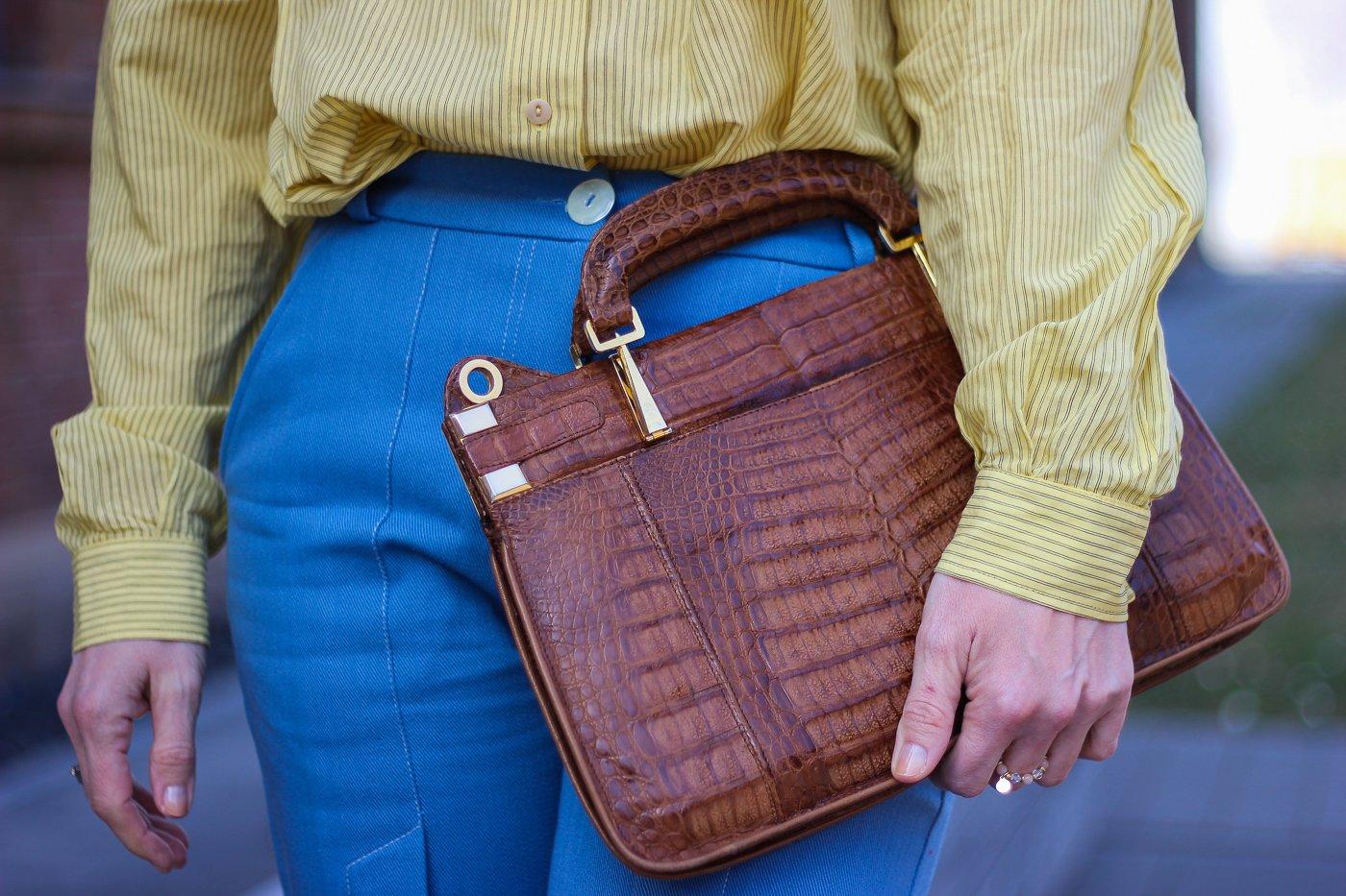 conny doll lifestyle: gelbes Hemd, braune Tasche, blaue Hose, Details