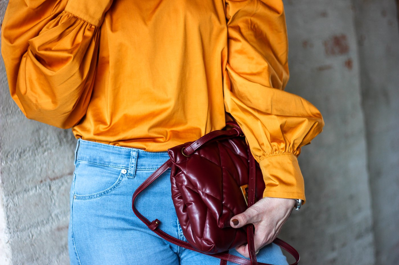 conny doll lifestyle: Details, orange Bluse, rote Tasche, Balenciaga