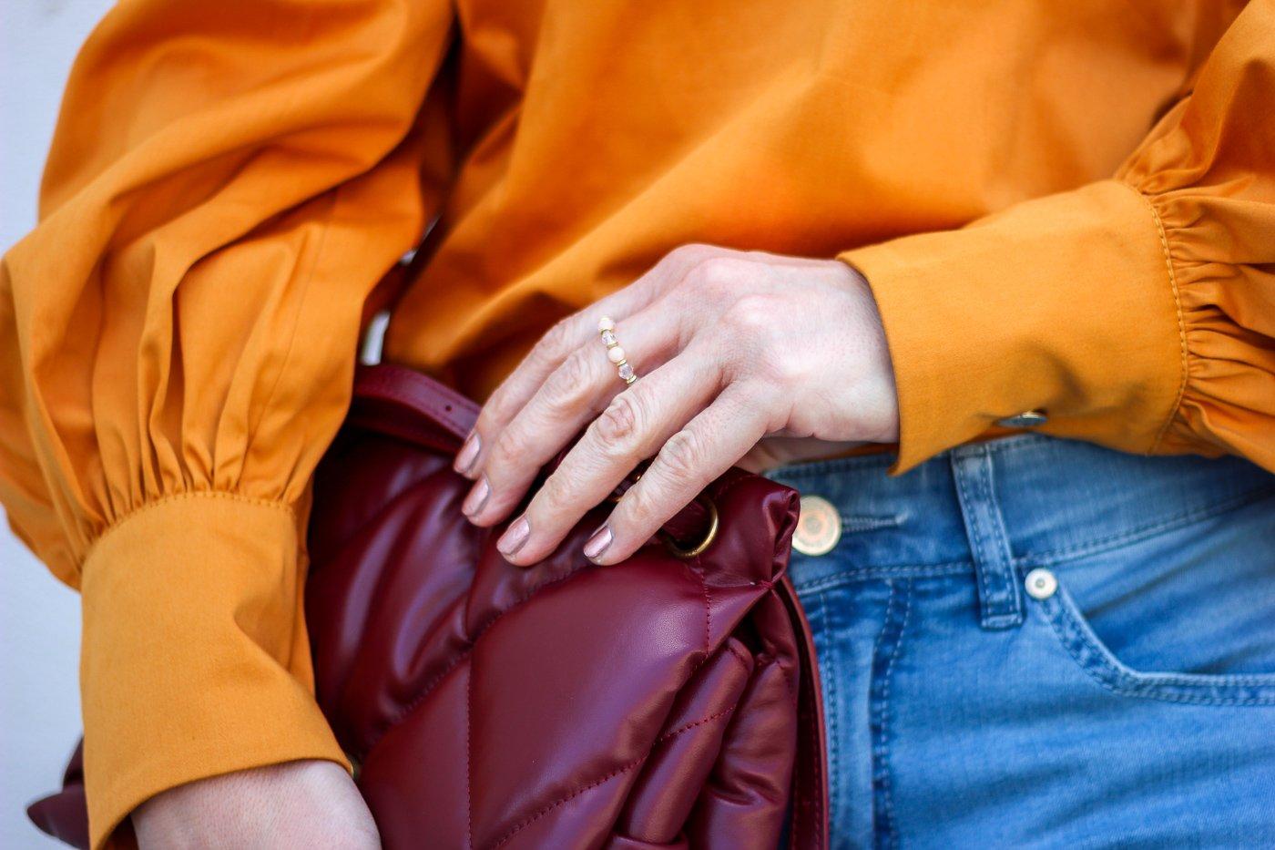 conny doll lifestyle: Details, orange Bluse, rote Tasche, Balenciaga, Ring von OHCaroJewelry