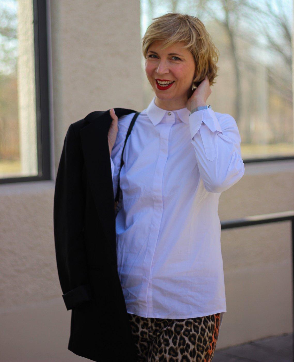 conny doll lifestyle: weiße Bluse, schwarzer Blazer