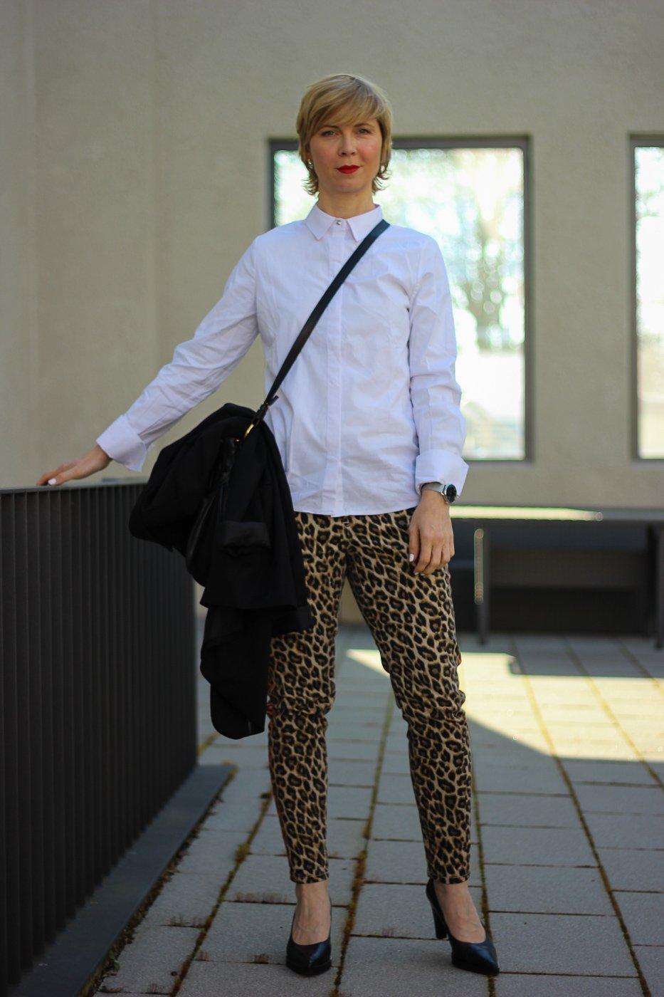 conny doll lifestyle: weiße Bluse, Leo-hose, Bürostyling, Officelook