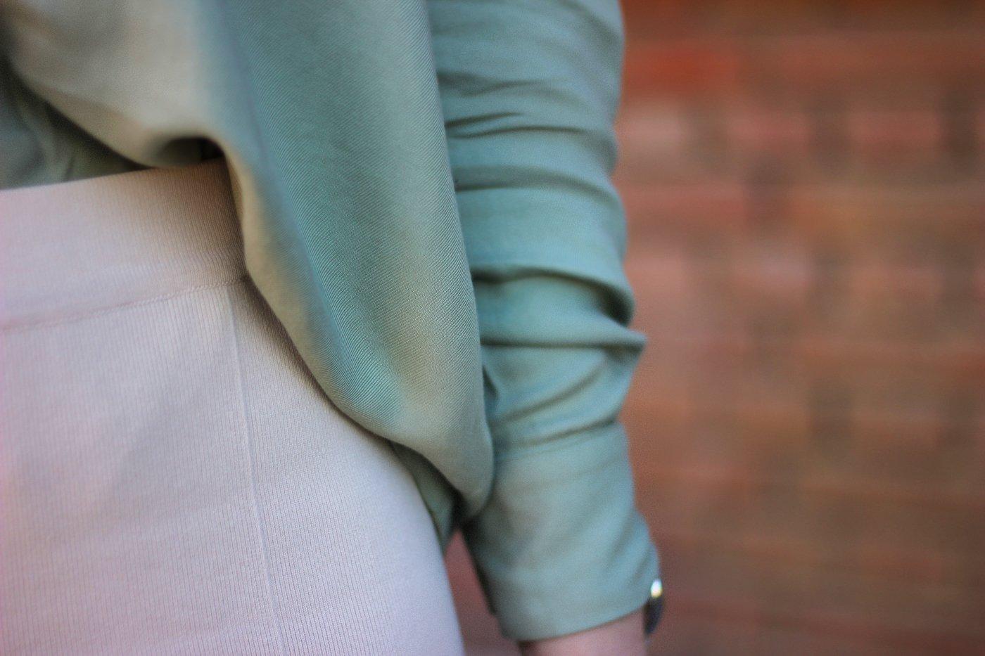 conny doll lifestyle: grüne Bluse, Strickhose, Details