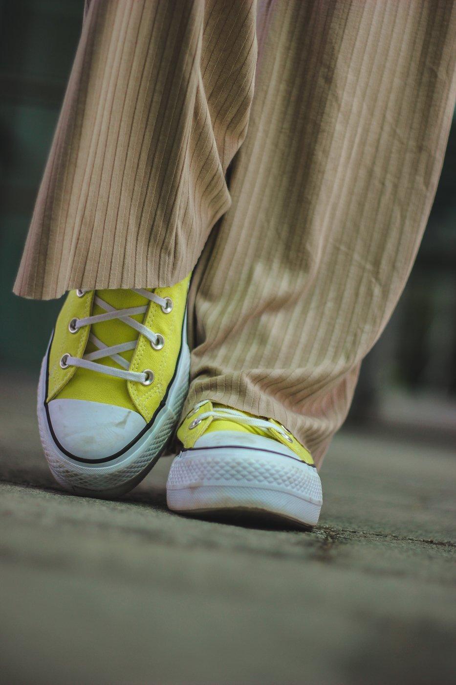conny doll lifestyle: Details, Converse, Chucks in gelb, sportlicher Style