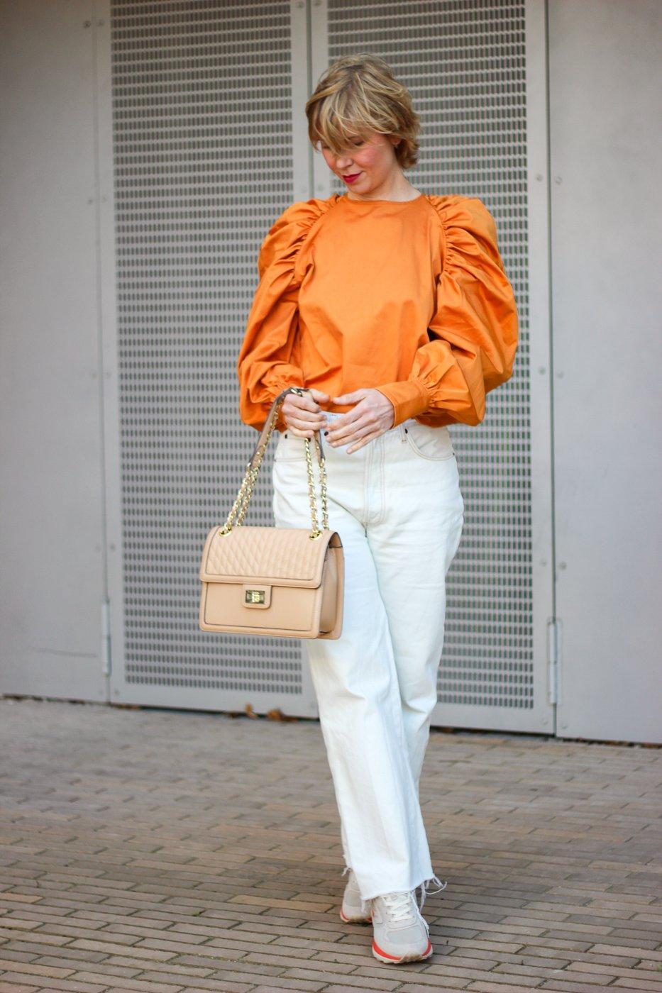 conny doll lifestyle: Bluse, nudefarbene Jeans, oranges Oberteil, Frühlingslook, Fashionblog, Übergangsstyling