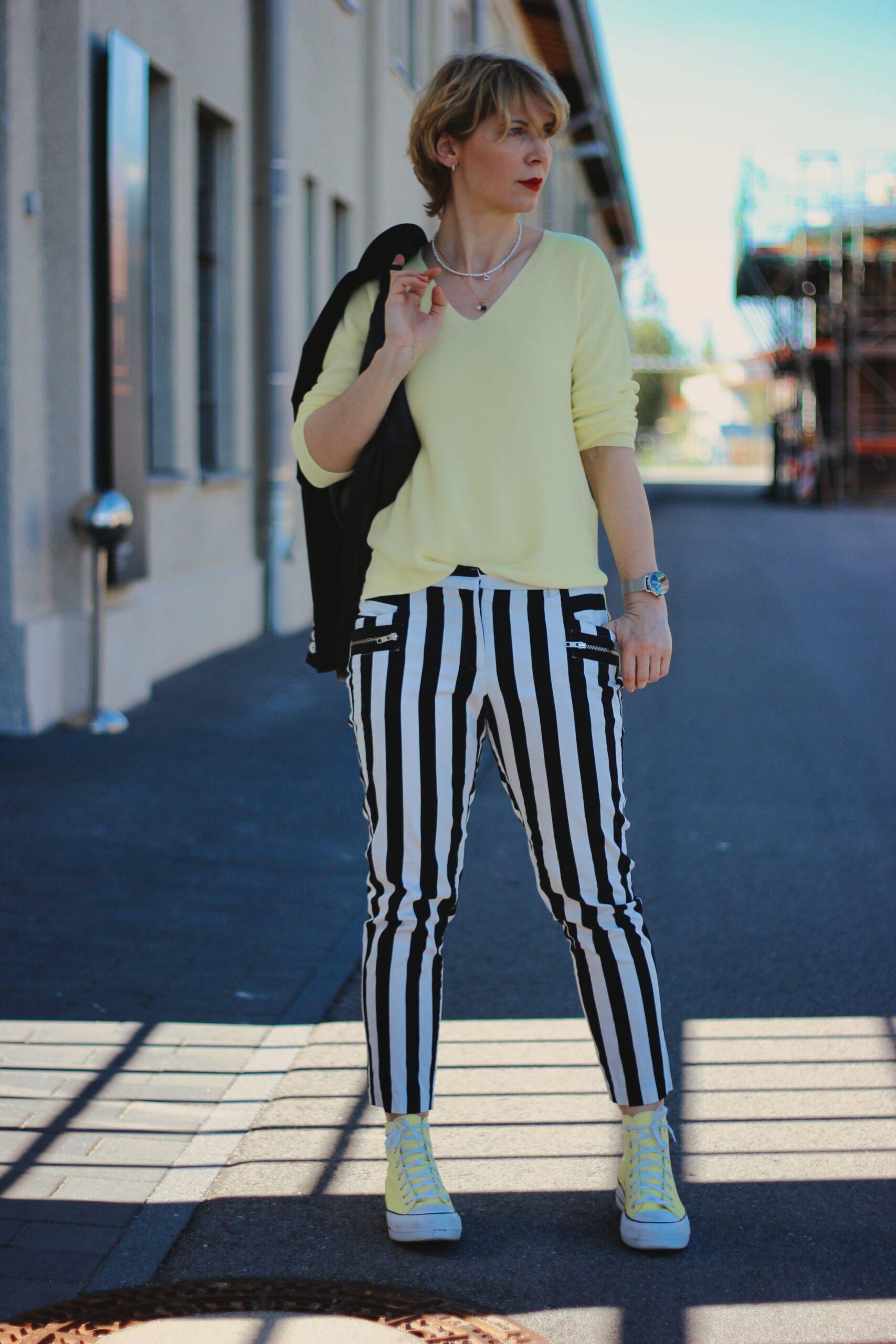 conny doll lifestyle: schwarze-weiß, Streifen, gelber Pullover, Chucks