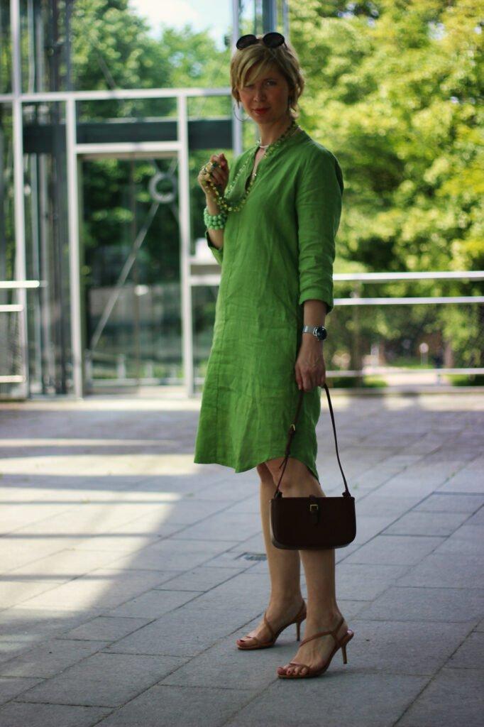 conny doll lifestyle: grünes Leinenkleid mit Taschen