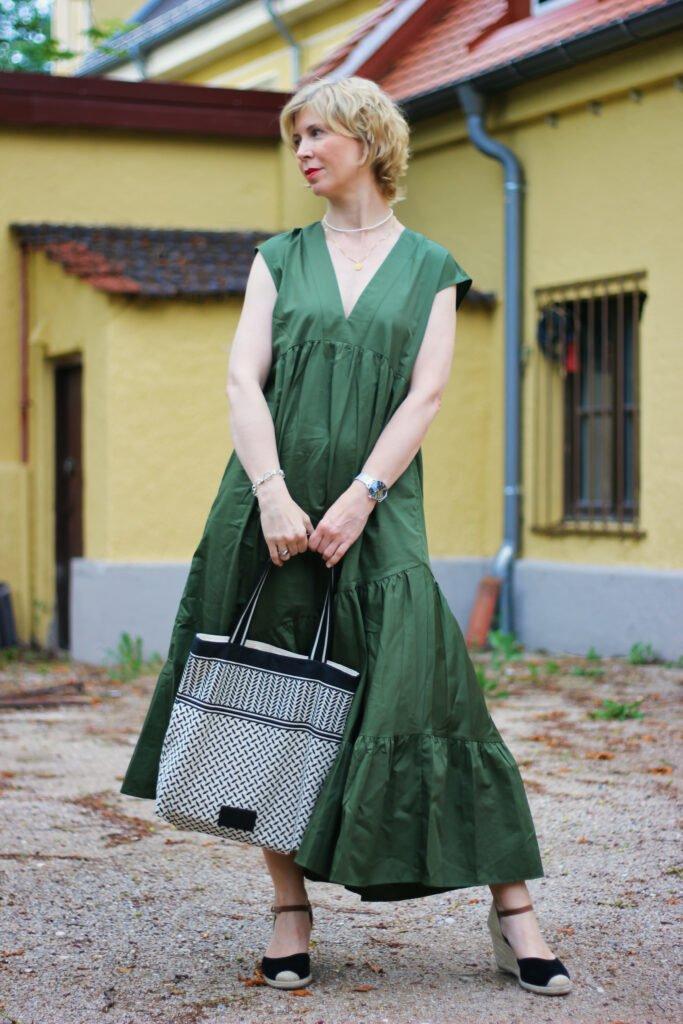 conny doll lifestyle: Sommerkleid in khaki mit V-Ausschnitt und Taschen,