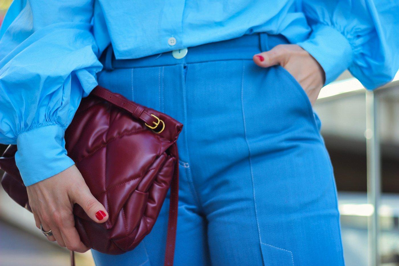 conny doll lifestyle: blaue Hose und blaue Bluse, Details, rote Tasche, Balenciaga