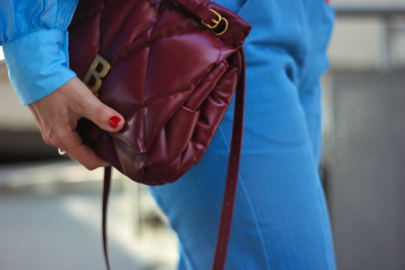 conny doll lifestyle: Details mit roter Balenciaga-Tasche,