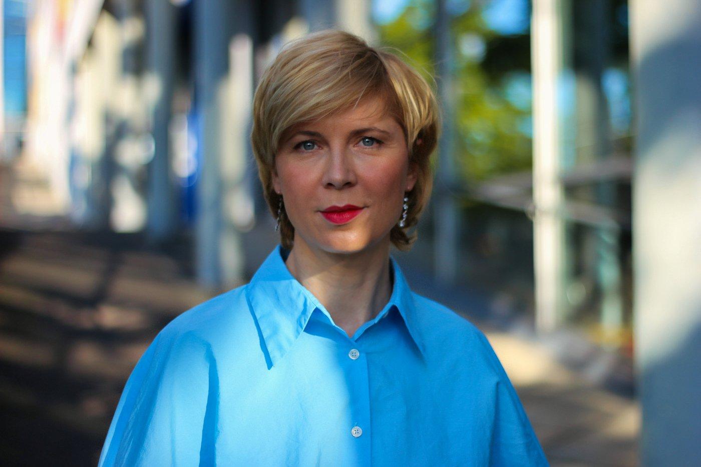 conny doll lifestyle: portraet, blaue Bluse, Kragen