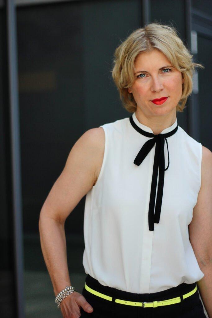 conny doll lifestyle: schwarz-weiße, ärmellose Bluse, Schleife