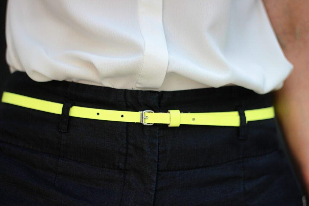 conny doll lifestyle: Details Sommerlook, gelber Gürtel, weiße Bluse, schwarze Hose
