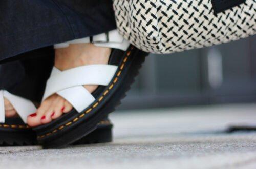 conny doll lifestyle: Chunky Sandalen: Wie kombiniere ich das klobige Schuhwerk. Was kann man beim Styling von Männersandalen beachten? weite Leinenhose, schmales Oberteil, schwarz-weiß, Sommerlook
