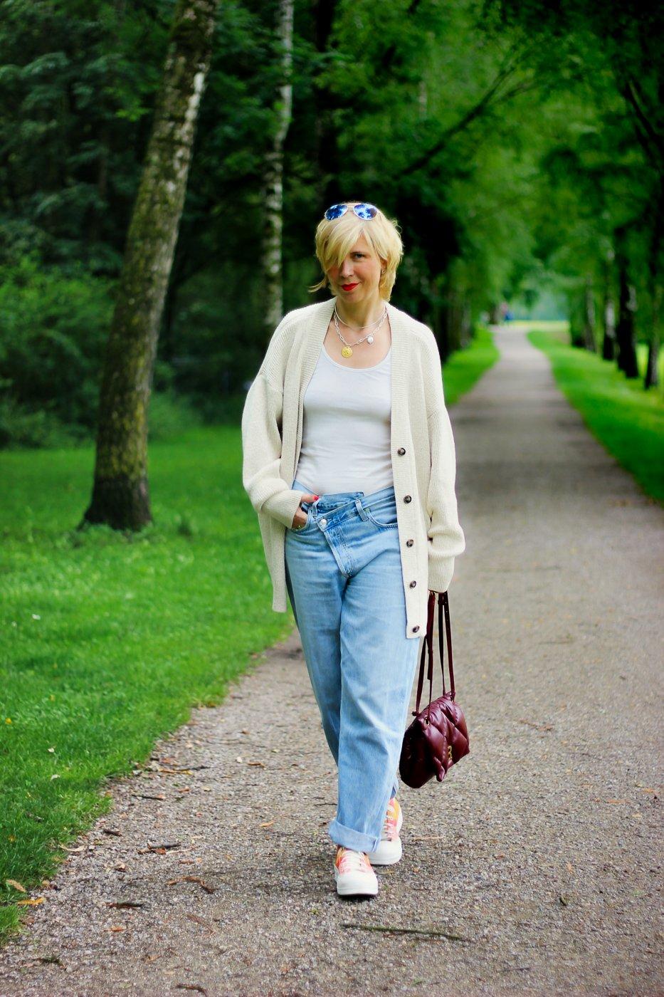 conny doll lifestyle: Schlabberlook im Sommerstyle - ein Ausblick auf den Modeherbst 2021, Denim, Strickjacke, Converse
