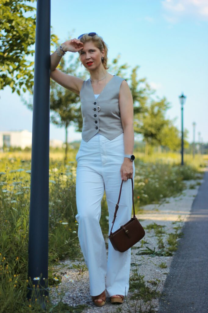 conny doll lifestyle: weiße Hose, Sommerlook, Weste,