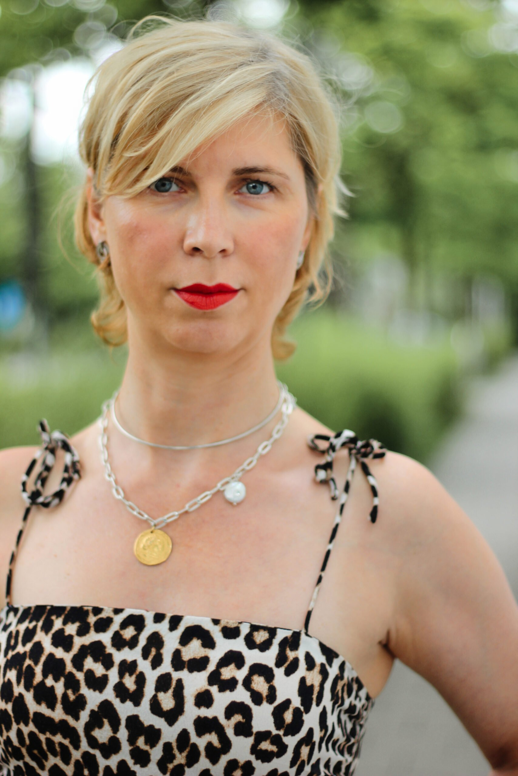 conny doll lifestyle: Porträt, blonde, kurze Haare