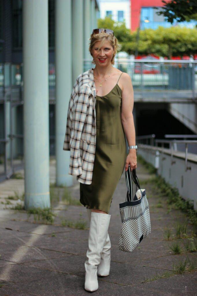 conny doll lifestyle: Wie style ich einen Slipdress elegant, Stiefel, Blazer, Seidenkleid, Herbststyling