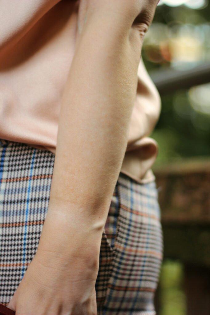 conny doll lifestyle: Details zum Übergansoutfit, Armschmuck, Bluse,