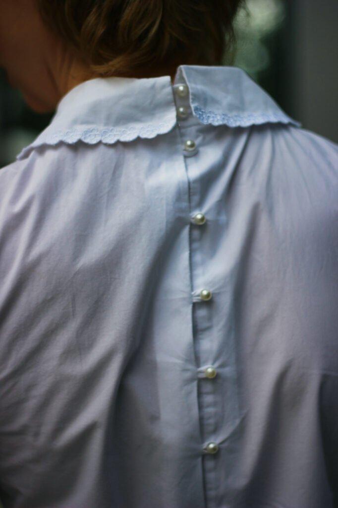 conny doll lifestyle: Details, Knöpfe mit Perlen, weiße Bluse, Jeans