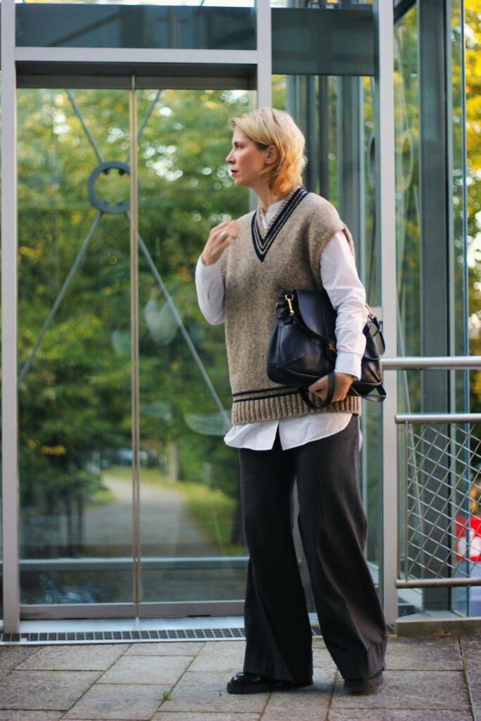 conny doll lifestlyle: Kragenlose Bluse - die offizielle Schwester des Longsleeves, Pullunder, weite Hose, Loafer, Herbststyle