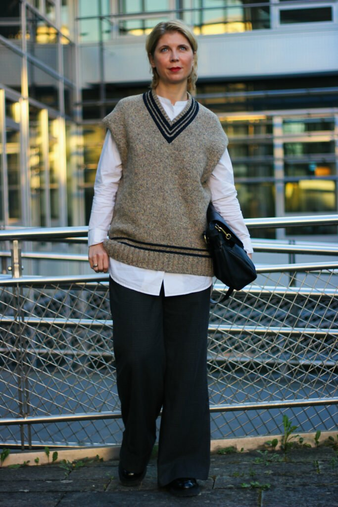 conny doll lifestlyle: Longbluse, Pullunder, weite Hose, Loafer, Herbststyle