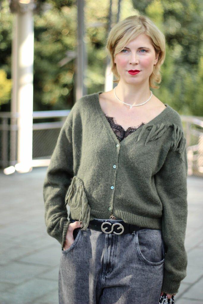 conny doll lifestyle: Cardigan, Mom-Jeans, Herbstlook mit Grau und Grün
