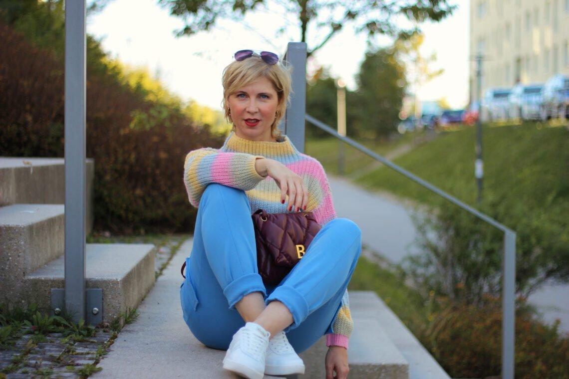 conny doll lifestyle: Cozy Herbststyle in Pastellfarben von WENZ, Jogpants im Cargostyle, Strickpullover mit Streifen